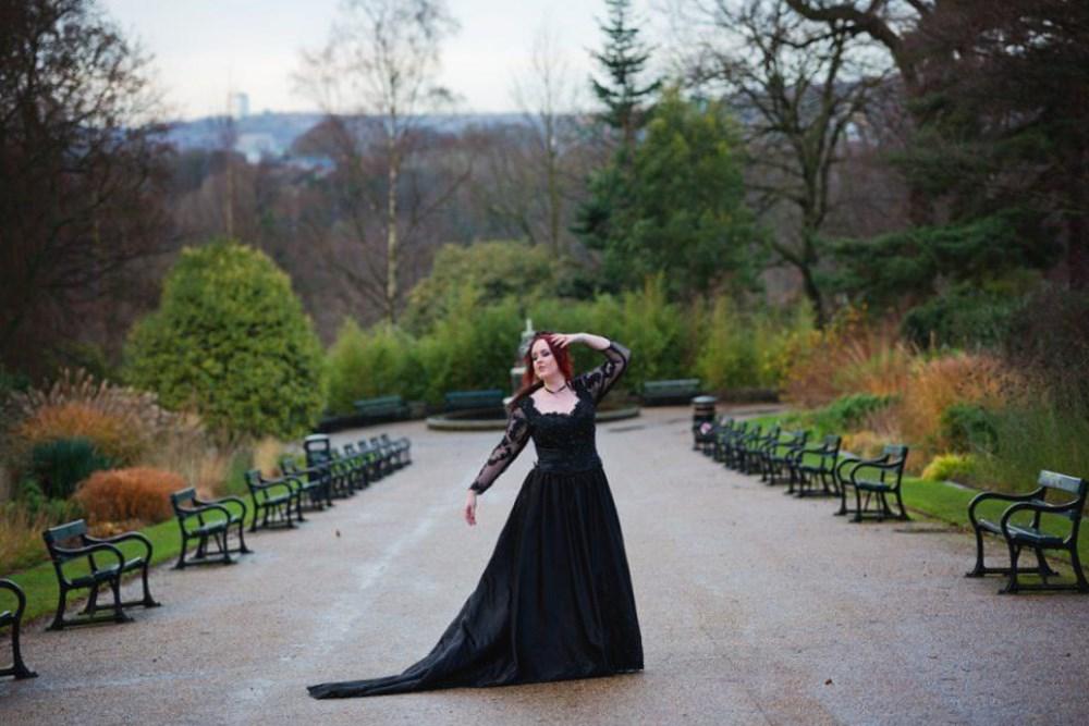 Rüyada Kısa Siyah Bir Gelinlik Düğünde Giyen Kız Birini Yakından Görmek